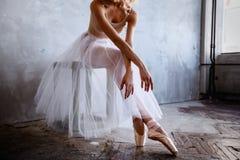 Den toppna slanka ballerina i en svart klänning poserar i studion Royaltyfria Bilder