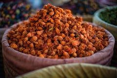 Den torkade apelsinen blommar på en marknad i Marrakech, Marocko Arkivfoton