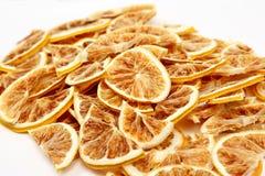 Den torkade citronen skivar closeupen på vit bakgrund Arkivbild