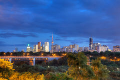 Den Toronto horisonten på skymning Arkivbilder