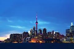 Den Toronto horisonten på skymning Royaltyfria Bilder