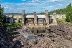 Den torra strömsängen av den Imatra kraftverkfördämningen royaltyfri fotografi