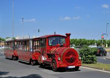 Den Touristic bussen fejkar lokomotivet för gammal stil Arkivfoto