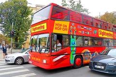 Den Touristic röda dubbeldäckaren flygtur-på flygtur-avstadssight turnerar bussen på gatan av den Riga staden, Lettland arkivfoton