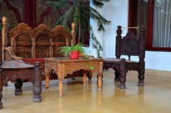 Den trä sned hemslöjdplatsstolar och soffan smäller till dalen Pakistan Arkivfoton