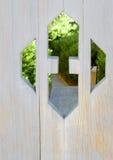 Den trädgårds- dörren som ut klipps, visar den nya banan Arkivbilder