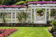 den trädgårds- porten steg Arkivbilder