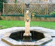 Den trädgårds- vattenspringbrunnen med örnsymbol och annan figurerar huvud royaltyfria foton