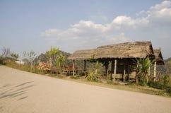 Den träkojan och trädgården för tjänste- handelsresandefolk vilar och kopplar av Arkivfoto