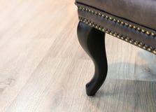 Den träkrökta benklassikern piskar stol med dekoren Möblemangbransch f?nster f?r textur f?r bakgrundsdetalj tr?gammalt med fritt  arkivfoto