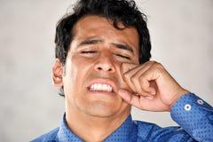 Den Tränen nah erwachsener Mann lizenzfreie stockfotos
