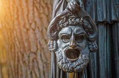 Den Tränen nah Maske einer kupfernen Skulptur in einem Forest Park Stockfotografie