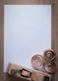 Den träraka nivån krullade planläggningschiper och det rena arket av PA Royaltyfri Fotografi