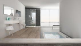 Den trätappningtabellöverkanten eller hyllacloseupen, zenlynne, över suddigt minimalist vitt badrum med badet badar och det panor fotografering för bildbyråer
