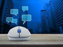 Den trådlösa datormusen med det sociala pratstundtecknet och anförande bubblar Royaltyfri Fotografi