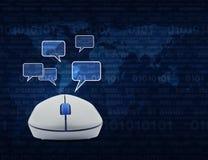 Den trådlösa datormusen med det sociala pratstundtecknet och anförande bubblar Arkivbild