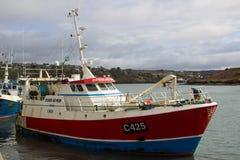 Den trålareDever Ar Moren som förbereder sig att ansluta i den Kinsale hamnen i ståndsmässig kork på sydkusten av Irland Fotografering för Bildbyråer