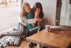 den tröstade vänflickan henne besvärade barn Kvinna som stöttar flickan Royaltyfri Foto