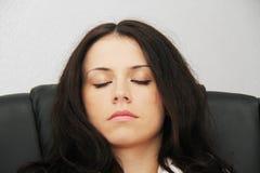 Den trötta affärskvinnan avverkar sovande bredvid en bärbar dator Arkivfoton