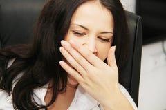 Den trötta affärskvinnan avverkar sovande bredvid en bärbar dator Royaltyfria Foton