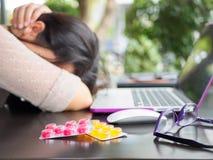 Den trötta affärskvinnan har huvudvärk från kontorssyndrom fotografering för bildbyråer