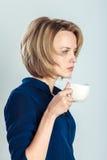 Den trötta affärskvinnan med te eller kaffe rånar royaltyfria bilder