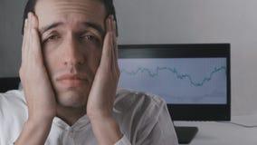 Den trötta affärsmannen har huvudvärk och känner obehag på arbetsplatsen stock video