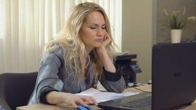 Den trötta blonda kvinnlign faller sovande på arbetsplatsen i regeringsställning lager videofilmer