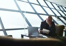 Den trötta och frustrerade affärsmannen kontrollerar meddelandena av deras företag arkivfoton