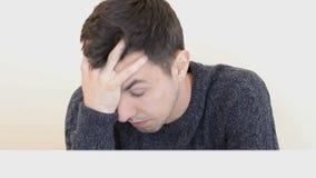 Den trötta och stressade mannen arbetar på datoren stock video