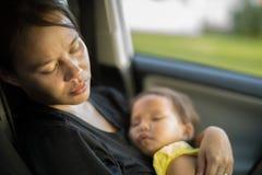 Den trötta och utmattade modern som tar omsorg av henne, behandla som ett barn Postpardum fördjupning arkivbild