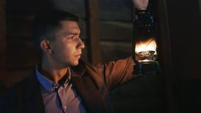 Den trötta unga mannen i dräkt tänder en banafotogenlampa lager videofilmer