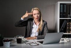Den tröttade kvinnan hatar hennes jobb arkivfoton