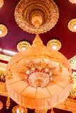 Den traditioal thai stilljuskronan från taket på Wat Traimit arkivfoto