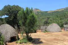 Den traditionella afrikanska byn förlägga i barack i Mantenga, Swaziland, den sydliga afrikanen, loppet, hem Arkivfoto