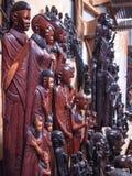 Den traditionella afrikanska souvenir shoppar med trädiagram och maskeringar Royaltyfri Bild