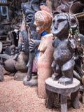 Den traditionella afrikanska souvenir shoppar med trädiagram och maskeringar Royaltyfria Foton