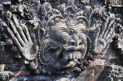 Den traditionella Balinesegudstatyn - skulptera i Ubud Arkivbild