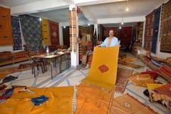 Den traditionella berberen mattar till salu Arkivbilder