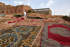 Den traditionella berberen mattar uttorkning i öppen luft Arkivfoton