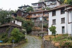 Den traditionella byn av Shiroka Laka - Bulgarien royaltyfria bilder