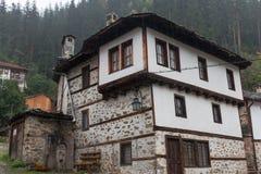 Den traditionella byn av Shiroka Laka - Bulgarien royaltyfri fotografi