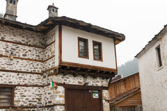 Den traditionella byn av Shiroka Laka - Bulgarien arkivfoton