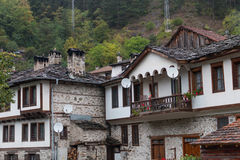 Den traditionella byn av Shiroka Laka - Bulgarien arkivbilder