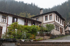 Den traditionella byn av Shiroka Laka - Bulgarien royaltyfri bild