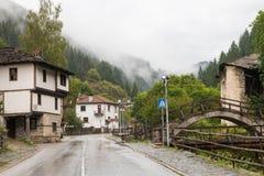 Den traditionella byn av Shiroka Laka - Bulgarien royaltyfria foton