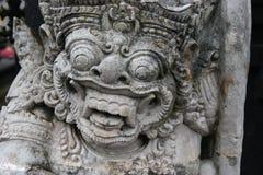 Den traditionella demonen bevakar statyn i den Pura Besakih tempelBali ön Religion Arkivfoto