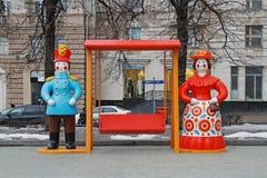 Den traditionella Dymkovo leksakmannen och kvinnan som konst anmärker, och gunga på rysk nationell festival` Shrove ` i den Tvers Royaltyfria Foton