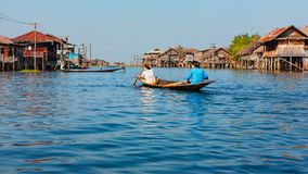 Den traditionella fishersstyltan inhyser byn på Inle sjön, Myanmar Royaltyfri Fotografi