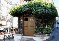 Den traditionella franska restaurangen Le Basilic, Montmartre område av Paris, Frankrike Royaltyfri Foto